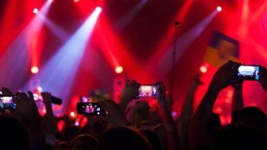 Photo of Se decidió la polémica: ¿Quién disfruta más un evento, el que lo comenta en vivo en sus redes sociales o quien 'vive el momento'?