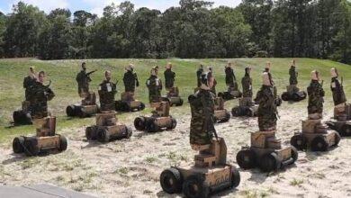 Photo of Marines estadounidenses practican su puntería de disparos con unos robots que atacan e insultan en 57 dialectos diferentes