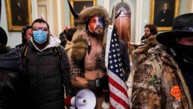 """Photo of ¿Quién es el """"Hombre de los cuernos"""" que estuvo entre los asaltantes del Capitolio?"""