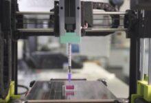 Photo of Científicos trabajan en un experimento en el que imprimen huesos con una tinta a base de cerámica y una impresora 3D