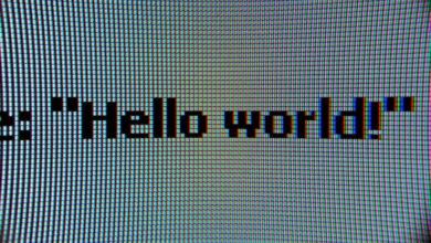 """Photo of La polémica en torno al origen del """"¡Hola, mundo!"""": desentrañamos en qué año empezó a utilizarse este ejemplo para programadores"""