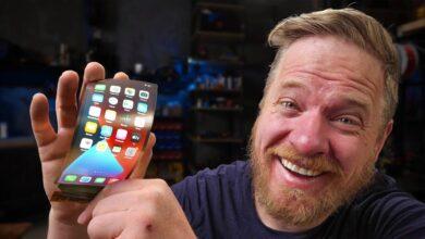 Photo of Un YouTuber conecta una pantalla flexible a su iPhone y nos muestra cómo podría ser un iPhone plegable