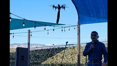 Photo of Sheriff de Nuevo México es interrumpido en medio de un discurso por dildo que vuela en un dron