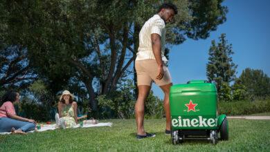 Photo of Este robot es tan, pero tan amigable, que te lleva las cervezas frías hacia donde estés