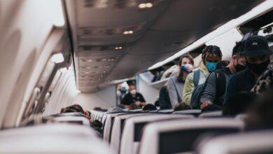 Photo of COVID-19: negarse a usar una mascarilla en un avión podría costar hasta $3.000 en multas